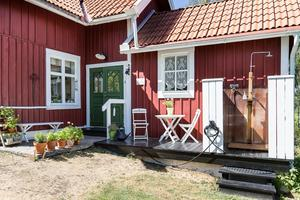 Foto: Tomas Arvidsson, Bostadsfotograferna. 8 950 har tagit en virtuell promenad i huset i Götarsvik som visar upp många vackra sommarbilder.