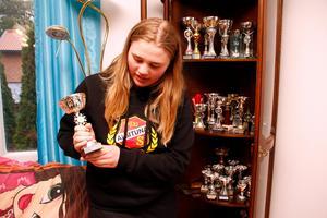 Tova Janssons allra första pokal. Det har blivit några genom åren. Hennes resa började i Sunnerstabacken i Uppsala, där det bara tog 12 sekunder att ta sig genom slalombanan.