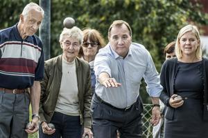 Det är ingen tillfällighet att Stefan Löfven spelar boule med äldre väljare. I denna väljargrupp är han mycket populär.