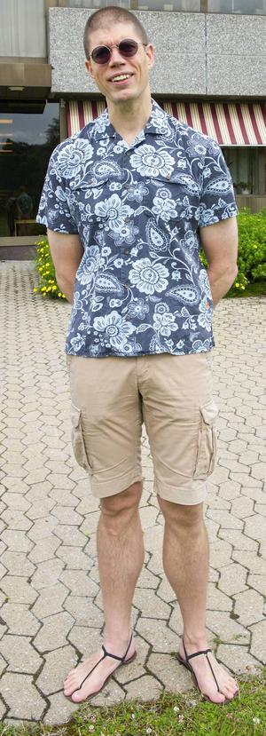 L-G i hawaii-skjorta och xero-sandaler. Det är hans ordinarie klädsel, oavsett om det är vardag, fest eller kommunstyrelsemöte. Hawaii-skjortan är äkta; sydd på Hawaii med mönsterpassad ficka. Han inledde sin hawaii-skjorteperiod med att importera ett gäng skjortor från öriket.