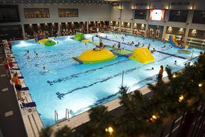Hundratals besökare simmade och lekte i bassängen under lördagen.