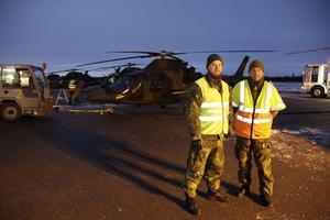 Plutonchef Rikard Viberg och helikoptertekniker Christer Svensson är två av de cirka 30 personerna i grupen som är i Sveg för att öva flygning i mörker med helikopter.