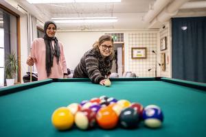 Integrationsstödjaren Riman Barakat och projektledaren Caroline Johansson från Örnsköldsviks kommun ser fram mot en massa besökare på Mötesplats Gullänget.