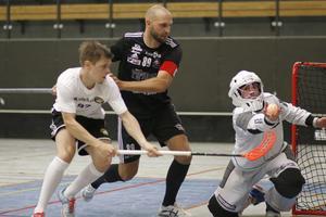 Målvakten Viktor Karlberg fångar bollen medan backen Hannes Cederfeldt (i svart tröja) håller undan en Skälbyspelare.