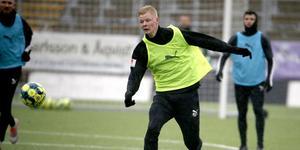Malcolm Stolt i träning med ÖSK i november. Talangen fyller 20 år nästa år och framtiden i klubben är oviss eftersom han ännu inte har fått något A-lagskontrakt.