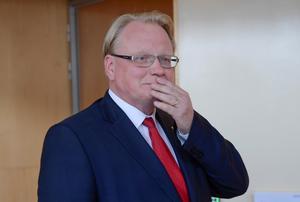 Försvarsminister Peter Hultqvist (S) tiger om att allt fler svenskar skulle vilja se Sverige som en Natomedlem.