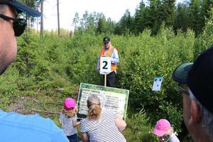 Skogsinspektör Stefan Almén förklarar varför man ska röja skog.