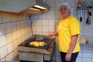 I Östtyskland jobbade Marika Hohenwald på sjukhusets tvätteri. I Ytterån lagar hon mat i sin egen restaurang.