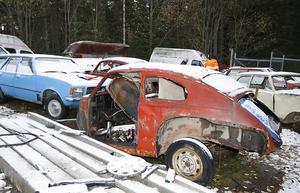 På den här delen av skroten finns gammelbilarna. De har skattats på många av sina delar av de som reparerar veteranbilar hemma i garagen.