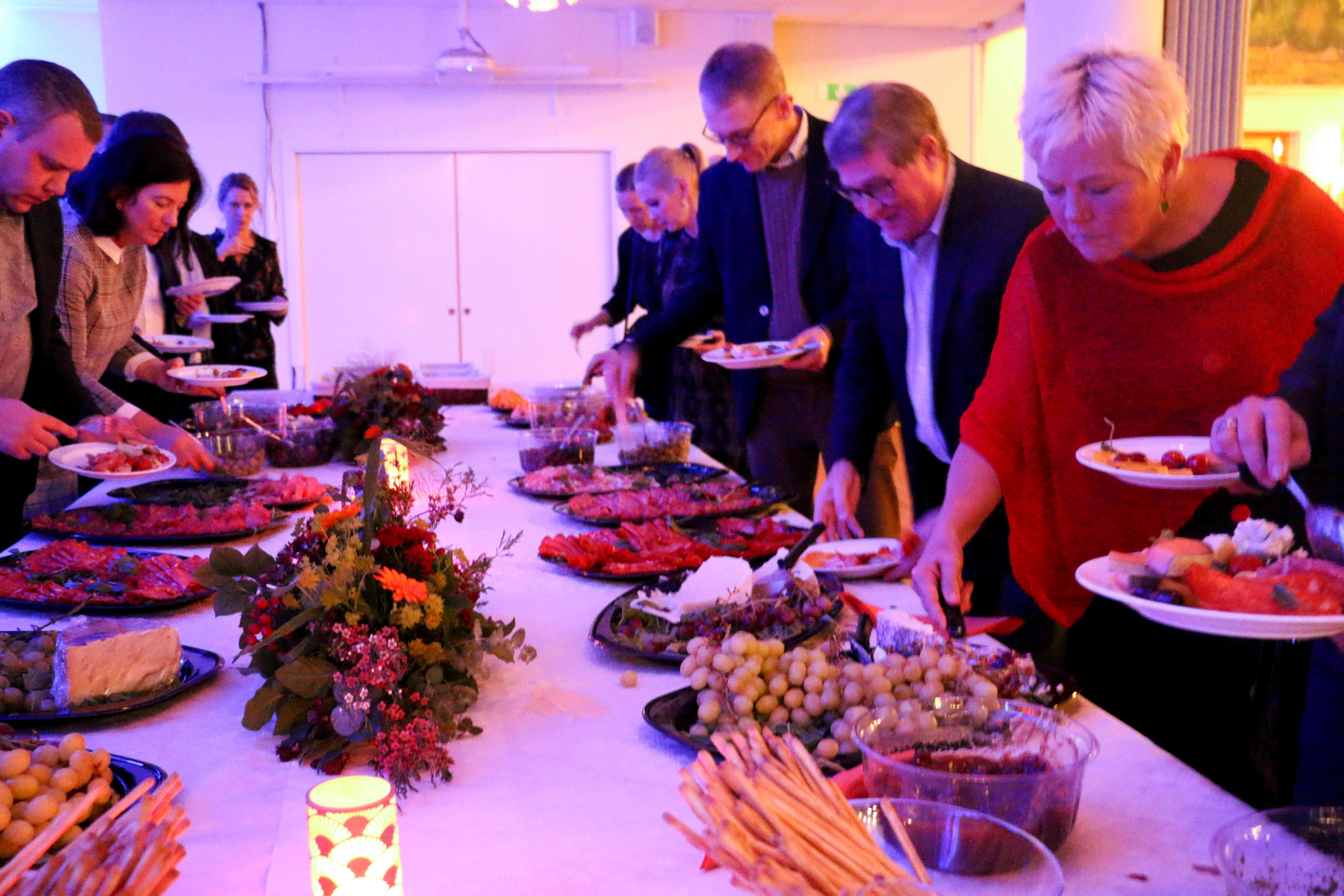 Under ljuset från Husarens röda strålkastare serverades en italiensk buffé vid avslutningen av Kumlas näringslivsdag 2018.