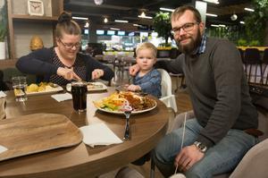"""Sofie och Nicklas Hedström, med sonen Oscar, åt på foodcourten för första gången när VLT träffade dem. """"Spontant känns det här positivt. Hälla har fått något vettigt och det är ganska ambitiöst tilltaget"""", säger Nicklas."""