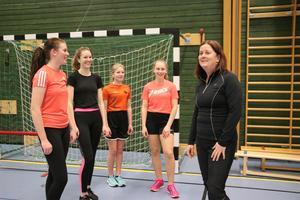 Monika har varit tränare i 31 år och tränar barn och ungdomar i olika åldrar. Angelina, Jenna, Miranda och Nanna är med på veckans första träningspass i Närlundahallen.