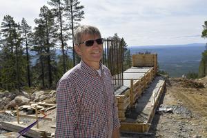 Jens Wilhelmsson på den ena av Himmelfjälls toppar där bergsstationen för den nya sexstolsliften nu byggs.