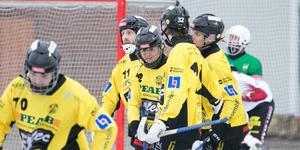 Emil Thunberg i mitten, uppvaktas efter ett av sina tre mål i segermatchen mot Norrtälje.