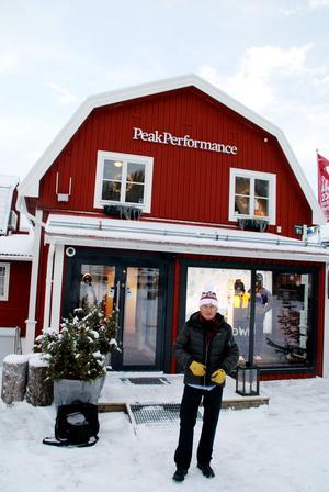 Pocke framför sin fastighet vid Åre torg. I den byggnad där Peak Performance en gång startade sin verksamhet och fortfarande har en butik.