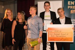 Sala Sparbanks Emma Tysell och Linda Lindblom delade ut utmärkelsen Årets marknadsförare till Avokado Brand UF.