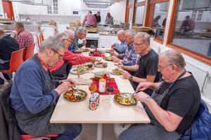 Den tillagade maten äts och avnjuts i glada vänners lag.