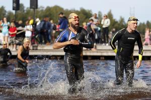 Kristoffer Ahlin, IFK Sala, var snbbaste ortsbo, här är han på väg upp ur Långforsen efter simningen.