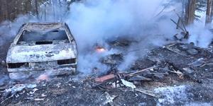 Garaget var redan övertänt när Räddningstjänsten Höga Kusten – Ådalen kom till brandplatsen i Arlom, Undrom, på tisdagsmorgonen. I garaget stod den här bilen som totalförstördes.