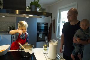 Zacharias blir allt skickligare på att smaksätta maten tycker pappa Mattias Eklund.