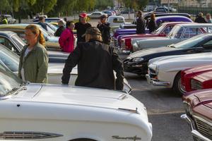 Parkeringen fylldes fort av flera bilar och motorcyklar.