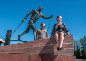 De nya arrendatorerna Lind och Magnusson med sitt fyndiga företagsnamn, Li&Ma AB vid statyn av Sveriges främste olympier någonsin. Foto: Berit Djuse
