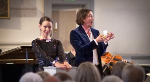 Astrid Robillard och Richard Hamrin i Figaros Bröllop – stor musik presenterad med avspänd scenisk humor. Foto: Viktor Olaus Nygård