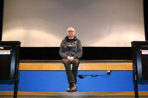 Förutom att vara med i Bröderna Brööl har Kåke Eklund haft hand om allsång i flera år, så helt borta från scenen har han inte varit under det 13 år långa revyuppehållet. Som föreståndare vid Folkets hus i Heby har han också haft med flera olika föreställningar att göra.