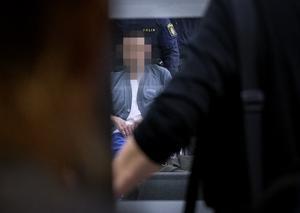 63-åringen, som är misstänkt för mordet i Rynninge, kom in i rättssalen i rullstol. Han har sedan han greps och anhölls vårdats på sjukhus men är nu utskriven.