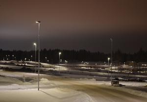 Husbyggandet på den fjärde etappen i Lilla Källviken tar snart fart, gatlamporna lyser redan längs de nya vägarna i området.