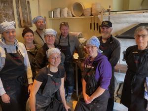 Hela bagargänget i bagarstugan. Här trivs bagare och lär av varandra.