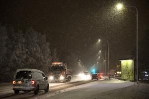 Trafiken rullar på i lugnt tempo på rv 293.