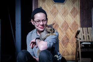 Razi Kantorp-Weglin med katten Hjalmar i famnen.