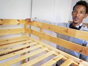 Micheal Muguse visar hur vägglösen gjort märken på sängarna