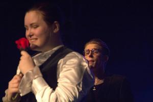 Erik Bernhardsson sjunger Darins Juliet samtidigt som Romeo får en ros av Julia.