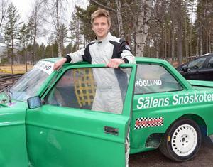 Lätt att känna igen på tävlingsbanorna i sin knallgröna Volvo 240 är Marcus Höglund, Lima.