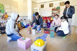 Aymen Mesud, Mohammad Yaghoobi, läraren Daniel Hallbygård, Sainia Ahmad och Mirna Al-Dihaysee har byggt ett samhälle åt barnen på förskolan.