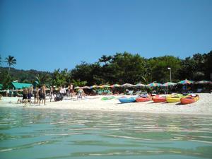 Ön Phi Phi Don drabbades mycket hårt av tsunamin 2004. Nu hotas ön åter av jättevågor.