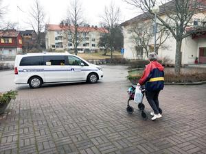 Mikaela Engvall lämnar Karlslund  för sista gången och går till taxin som ska ta henne till det nya boendet på Oxbackens servicehus. Flyttlasset gick för några timmar sedan.