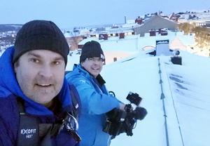 Här gör Marcus och Fredric ett inslag om snöskottarnas vardag på ett hustak i Östersund. Foto: TV4
