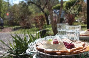 Våfflor av alla sorter, såväl söta som salta, serveras på Klockargårdens våffleri. På bilden en klassisk våffla med hemkokt sylt och vispgrädde.