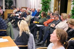 Kommunfullmäktige i Leksand hade många åhörare under måndagskvällen.