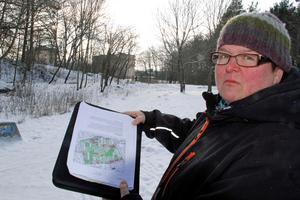I den här skjogsdungen planeras ett tiovåningshus, säger Ulla Harju som studerat kartan. Hon tycker det är för mycket förtätning.