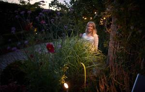 Med en ljussatt trädgård blir säsongen längre. När Anna Karlberg planerade hur utemiljön skulle se ut tog hon med belysningen i beräkningen redan från början. Bild: Andreas Hillergren/TT