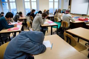 Huvtröjor och kepsar bör få behållas på i klassrummet, då de hjälper barn med NPF-diagnoser att stänga ute övermäktiga intryck. Foto: Jessica Gow
