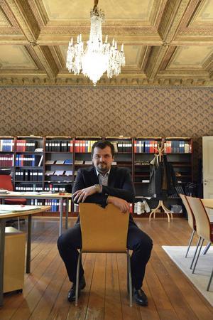 Oliver Dogo i sin nya miljö i Hedbergska huset. 20 år efter att han kom som flykting från kriget i före detta Jugoslavien.
