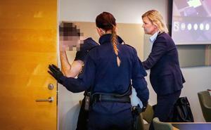 Bild från häktningsförhandlingen som hölls dagen efter skolstängningen. Till höger advokat Cathrine Örte, 24-åringens försvarare.