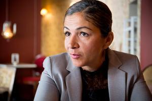Gulan Avci, arbetsmarknadspolitisk talesperson för Liberalerna, är kritisk mot C:s syn på kommuner som