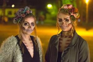 Alva Laine och Lalitha Janse passerade Järna torg på väg till en fest i Gnesta.