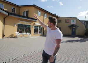 Tom Sakofall har berättat för tidningen att han planerar för uteservering på en del av Garvarns torg, restaurang i gatuplanet och kontorshotell på övervåningen.